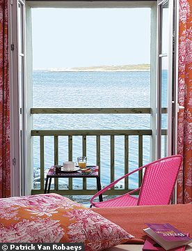 des maisons pink bedroom with a view